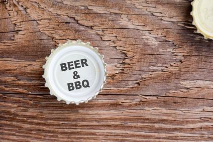 Grillen ist Männersache. Und ein Mann braucht auch ein Bier zum Grillen